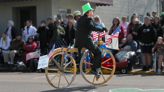 2009parade038a-woodenbike